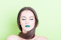 La mujer que presentaba como concepto de la belleza con los ojos se cerró Foto de archivo libre de regalías