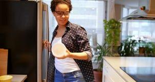 La mujer que quita puede comida del refrigerador 4k almacen de video