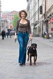 La mujer que recorre con un perro Fotos de archivo
