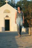 La mujer que sale de la iglesia ortodoxa griega fotografía de archivo libre de regalías