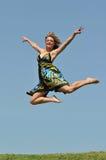 La mujer que salta al aire libre Fotos de archivo libres de regalías