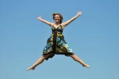La mujer que salta al aire libre Imagen de archivo libre de regalías