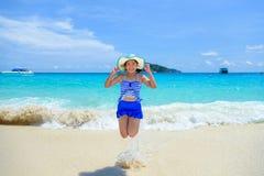 La mujer que salta con feliz en la playa en Tailandia Imagen de archivo libre de regalías