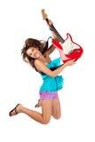 La mujer que salta con una guitarra eléctrica Fotografía de archivo libre de regalías