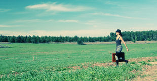 La mujer que salta en el campo Foto de archivo