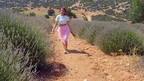 La mujer que salta en el campo de la lavanda almacen de metraje de vídeo