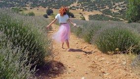 La mujer que salta en el campo de la lavanda metrajes