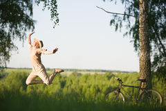 La mujer que salta en la naturaleza Imagen de archivo