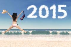 La mujer que salta en la playa celebra Año Nuevo Foto de archivo libre de regalías