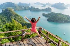 La mujer que salta en la montaña Fotografía de archivo libre de regalías