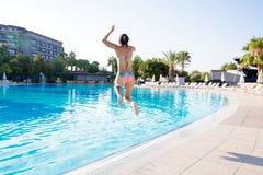 La mujer que salta en piscina foto de archivo libre de regalías