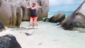 La mujer que salta en Seychelles almacen de video
