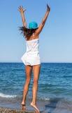 La mujer que salta en una playa Foto de archivo