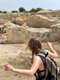 La mujer que salta mientras que explora ruinas en Chipre Fotos de archivo