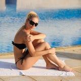 La mujer que se sienta por la piscina fotos de archivo libres de regalías