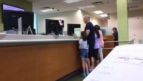 La mujer que sostiene el cheque de los E.E.U.U. para depositar a TD interior ejerce la actividad bancaria