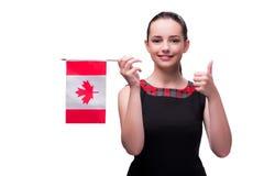 La mujer que sostiene la bandera canadiense aislada en blanco imagenes de archivo