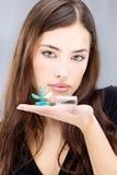 La mujer que sostiene las lentes de contacto lava el envase Foto de archivo libre de regalías