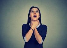 La mujer que tiene ataque de asma o puede respiración del ` t que sufre de problemas de la respiración foto de archivo