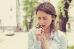 La mujer que tiene ataque de asma o que obstruye puede respiración del ` t que sufre de los problemas de la respiración que se co fotos de archivo libres de regalías
