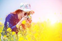 La mujer que toma las fotos en una rabina florece imagenes de archivo