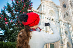 La mujer que tomaba la foto del Duomo de la Navidad adornó Florencia Imagenes de archivo