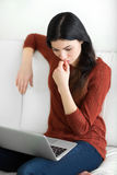 La mujer que trabaja en el ordenador portátil y está pensando Foto de archivo libre de regalías