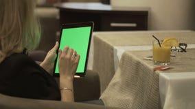La mujer que usa la PC plástica de la tarjeta y de la tableta para las compras en línea en Internet hace compras almacen de video
