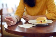 La mujer quiere comer el bocadillo Fotos de archivo