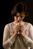 La mujer reacciona a las malas noticias en una carta imagen de archivo libre de regalías