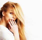 La mujer real rubia joven en el gesto blanco del backgroung manosea con los dedos para arriba, cierre de presentación emocional a Imagen de archivo