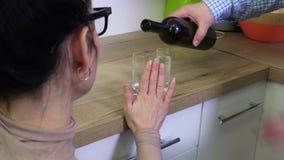 La mujer rechaza beber el alcohol almacen de metraje de vídeo