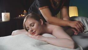La mujer recibe masaje de la carrocería en el salón del balneario almacen de metraje de vídeo