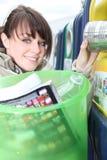 La mujer recicla Imágenes de archivo libres de regalías
