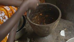 La mujer recoge las especias preparadas, Conakry, Guinea almacen de video