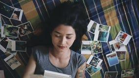 La mujer recuerda las memorias el mirar de imágenes almacen de metraje de vídeo
