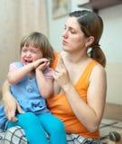 La mujer regaña al niño gritador en hogar fotografía de archivo libre de regalías