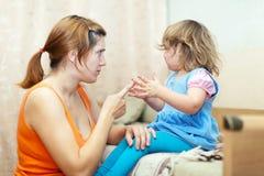 La mujer regaña al niño gritador Fotografía de archivo