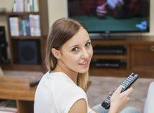 La mujer relaja la TV Fotos de archivo libres de regalías