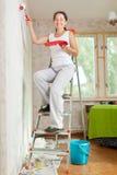 La mujer repara en casa Imágenes de archivo libres de regalías