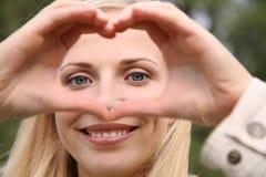 La mujer representa el corazón fotos de archivo