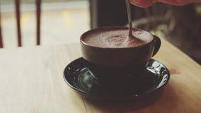 La mujer revuelve la bebida caliente La hembra bebe cacao almacen de video