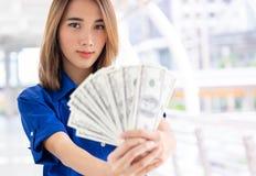 La mujer rica que cuenta el dinero aprovecha su mano fotos de archivo