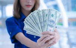 La mujer rica que cuenta el dinero aprovecha su mano foto de archivo libre de regalías