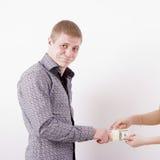 La mujer roba el dinero del hombre Imagen de archivo libre de regalías