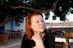 La mujer roja del pelo está esperando Fotos de archivo