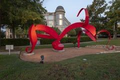 ` ` La Mujer Roja durch ` Michael, Texas Sculpture Garden, Hall Park, Frisco, Texas Michelle O stockfotografie