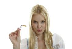 La mujer rompe el cigarrillo Fotografía de archivo libre de regalías