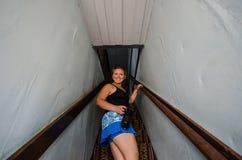 La mujer rubia camina encima de las escaleras en una escalera espeluznante en un pueblo fantasma en Wyoming imagenes de archivo