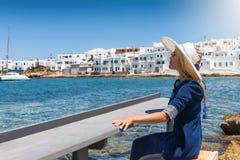 La mujer rubia disfruta de su día de fiesta en el mar mediterráneo, azul de las islas de Cícladas en Grecia Foto de archivo